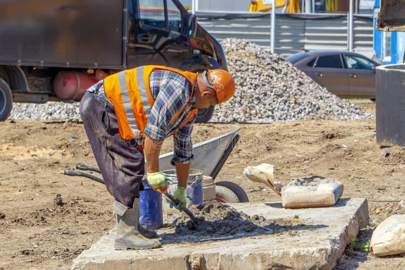 建造场所的工作者混合混凝土 免版税库存照片