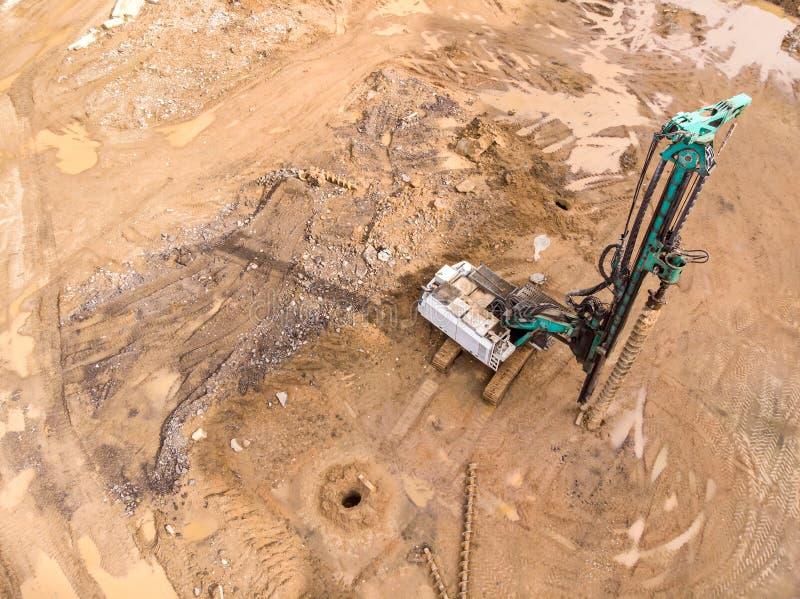 建造场所空中顶视图有凿岩机的 免版税图库摄影