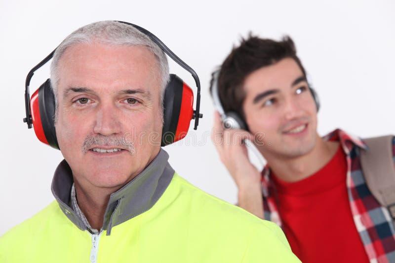 建造者佩带的耳朵保护 免版税图库摄影