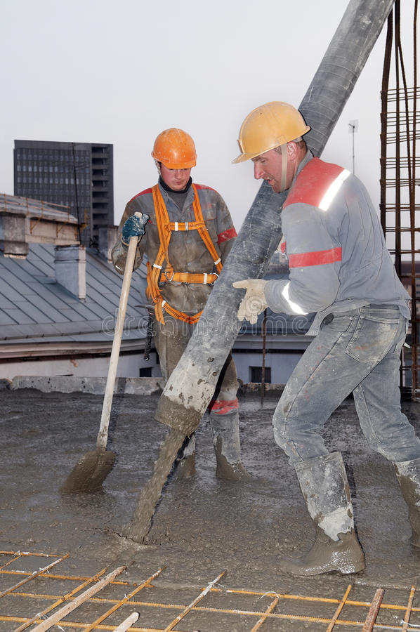 建造者具体倾吐的工作者 免版税库存图片
