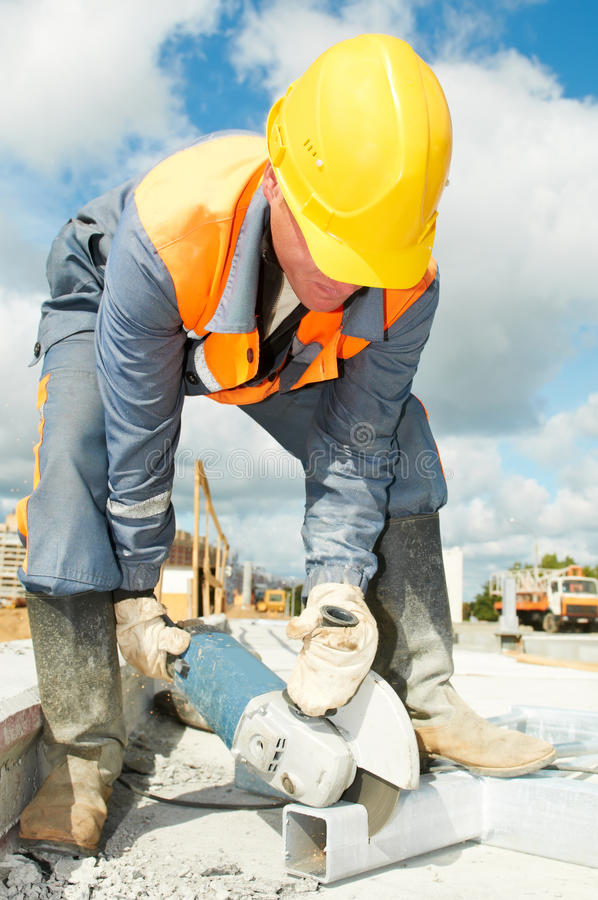 建造者剪切研磨机锯工作 免版税库存照片