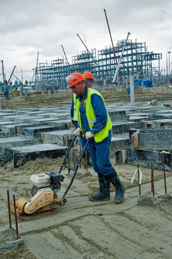 建造者工作者用振动设备 免版税库存照片