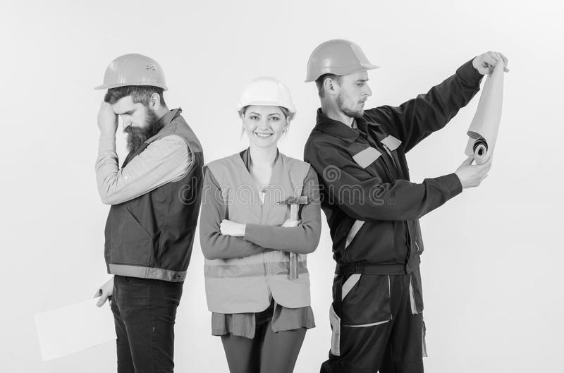 建造者,建筑师,修理匠懒惰在工作 审查员失望关于雇员,建造者 男人和妇女盔甲的 免版税库存照片
