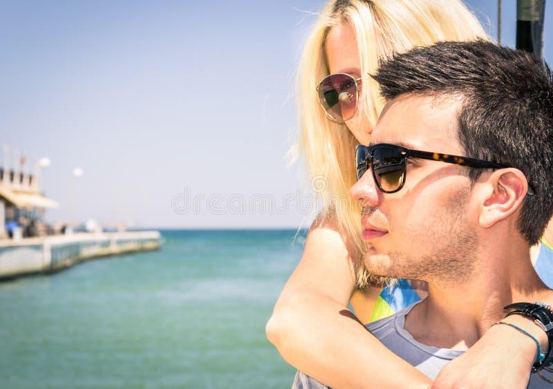 离开为一条浪漫小船的恋人夫妇绊倒 库存照片