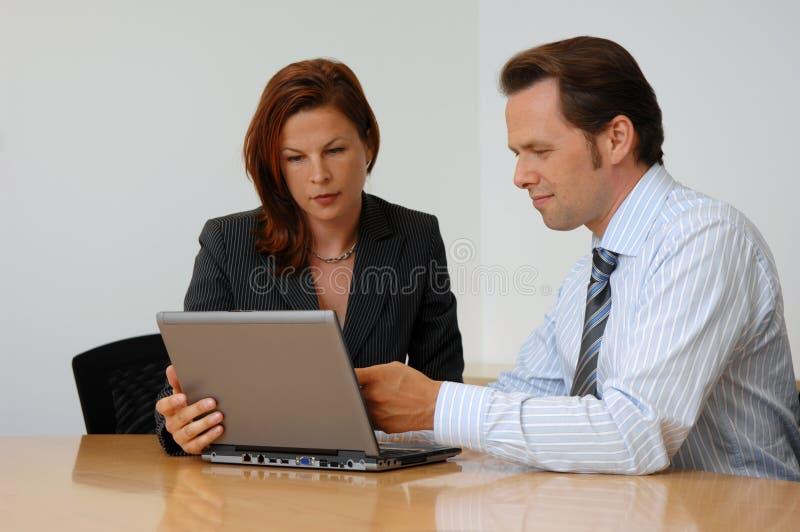 二个人在业务会议上 库存照片
