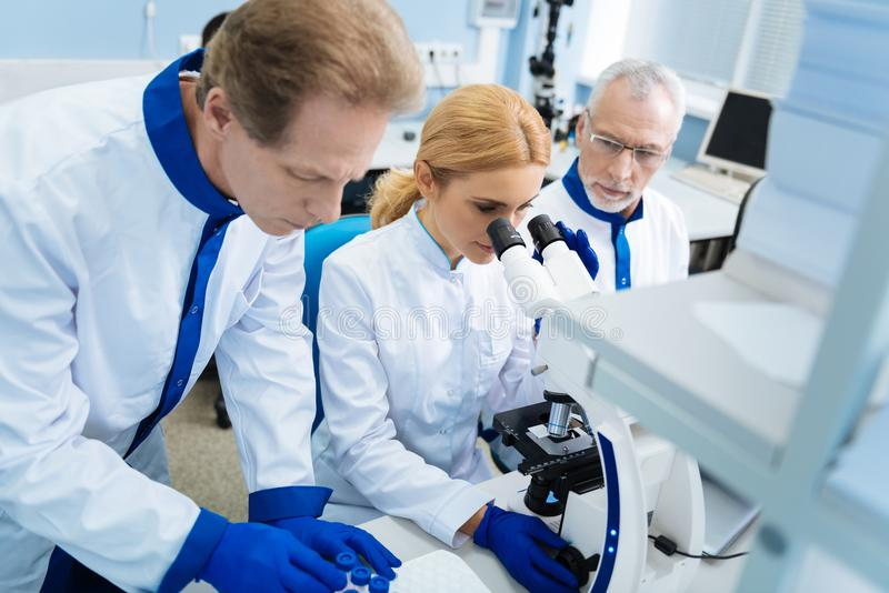 开发医学的老练的科学家在实验室里 免版税库存照片