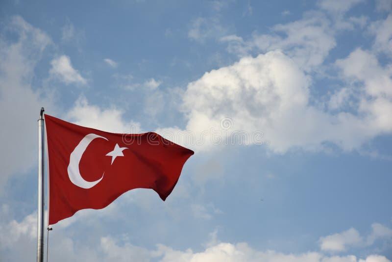 开发反对清楚的蓝天的土耳其的旗子 库存图片