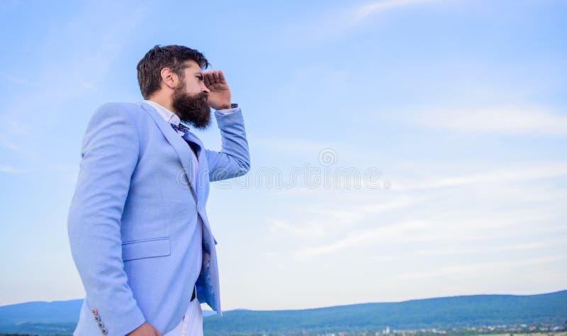 开发的企业方向 商人有胡子的面孔天空背景 更改的路线 新的企业方向 查找 图库摄影