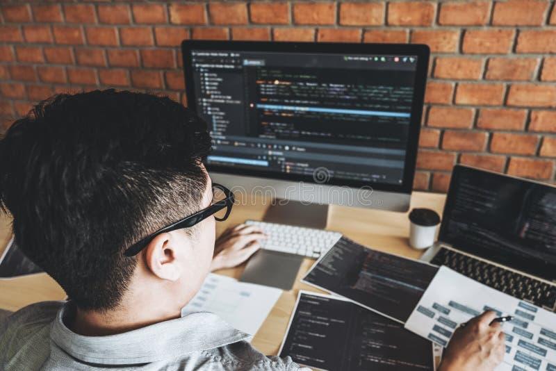 开发的程序员发展网站设计和编码运作的技术在软件公司办公室 免版税图库摄影