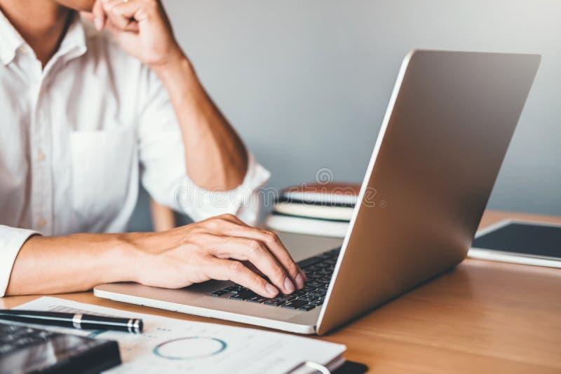 开发的程序员发展网站设计和编码运作的技术在软件公司办公室 图库摄影