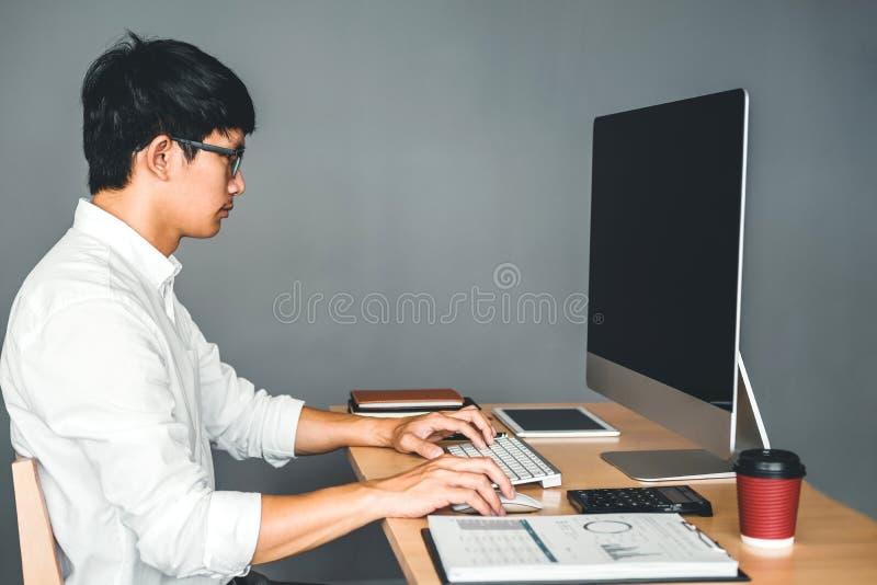 开发的程序员发展网站设计和编码运作的技术在软件公司办公室 库存照片