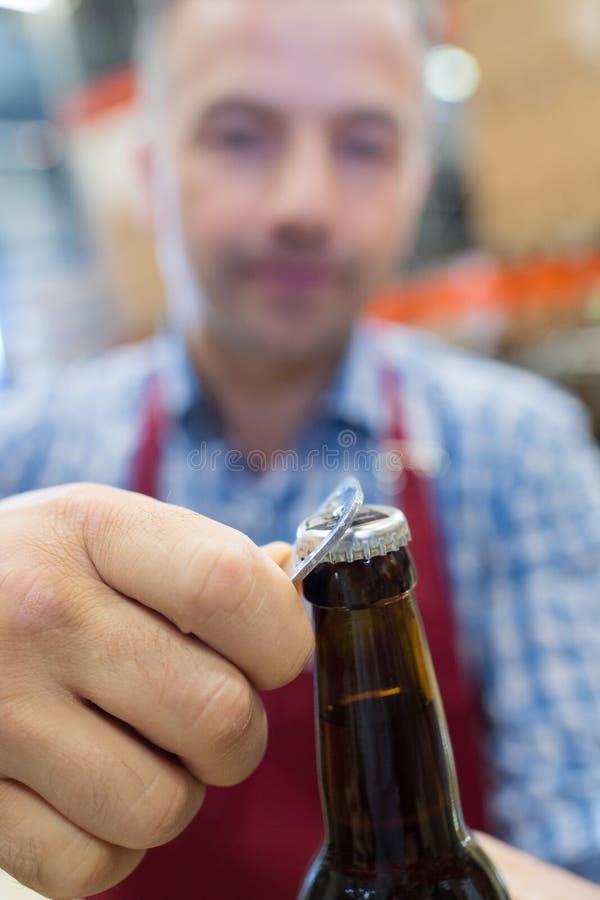开头瓶啤酒 免版税库存图片