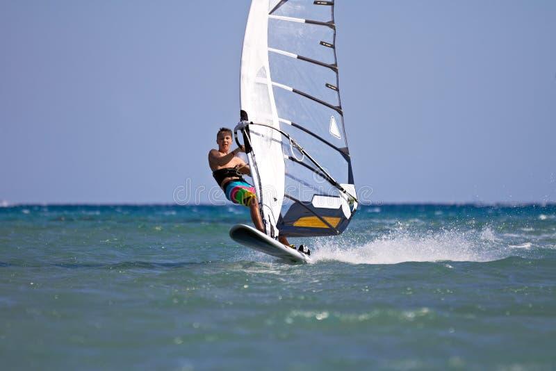 开始上涨的风帆冲浪者 图库摄影