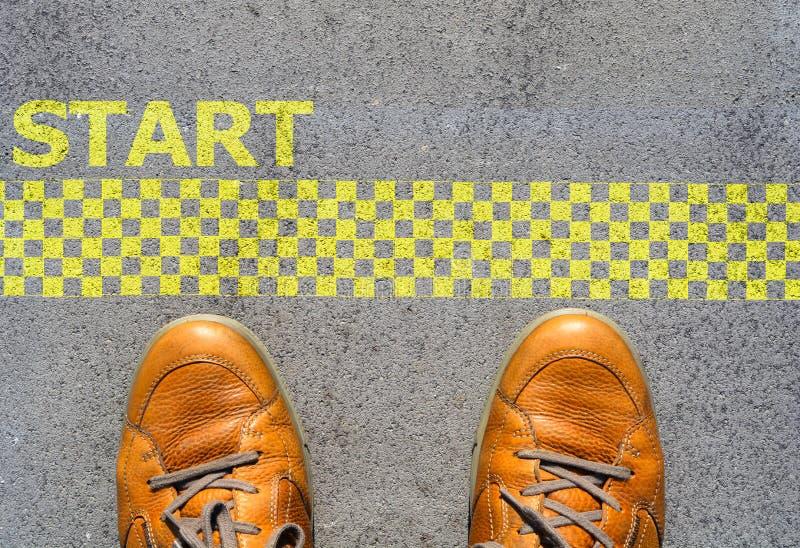 开始与人脚的一个新的事业概念在起动线 库存图片