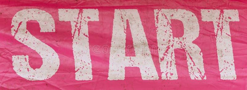 开始与白色字法的横幅桃红色颜色 免版税库存照片