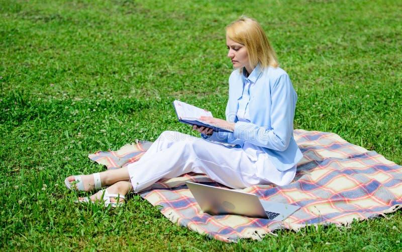开始做自由职业者的事务的步 企业夫人户外自由职业者工作 网上企业想法概念 事务 免版税库存照片
