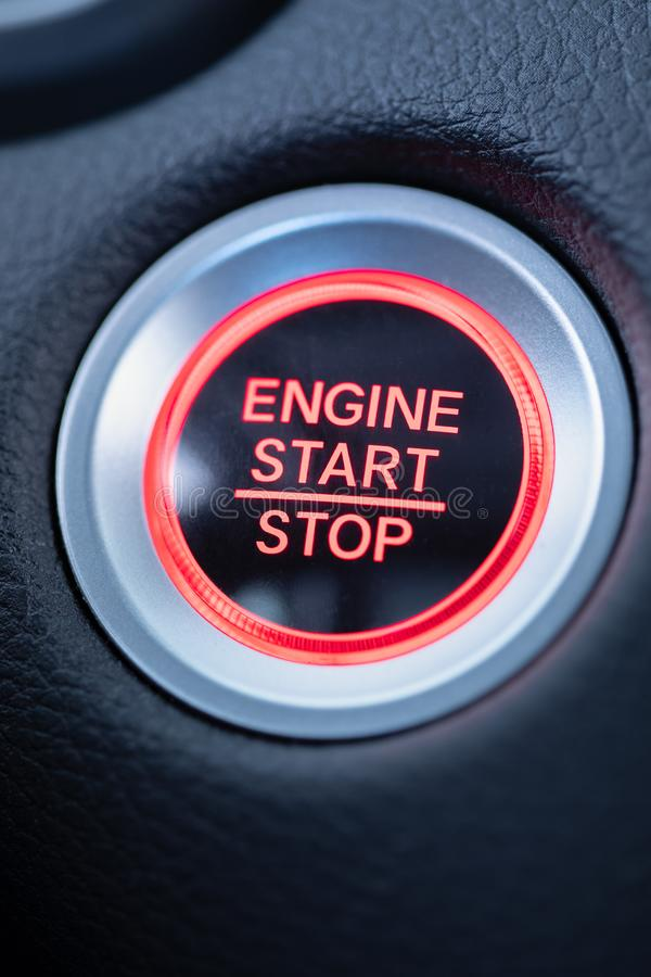 开始停止发动机发光的红色按钮 免版税库存照片