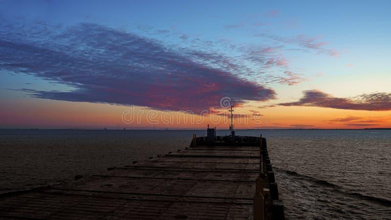 开始天 海上的早晨 从货船navifational桥梁翼的看法  库存图片
