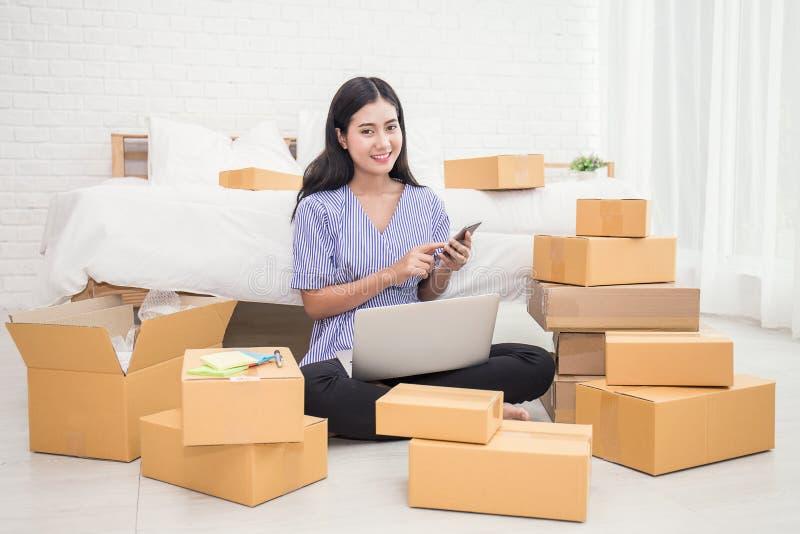 开始小企业企业家的SME或叫自由职业者的妇女手机 免版税图库摄影