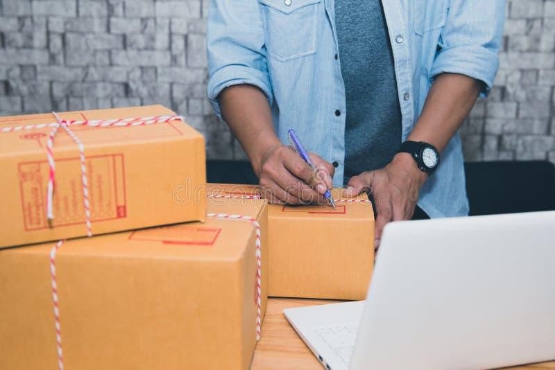开始小企业企业家SME或自由职业者的亚裔人在家与箱子概念一起使用,年轻亚洲小企业主 库存照片