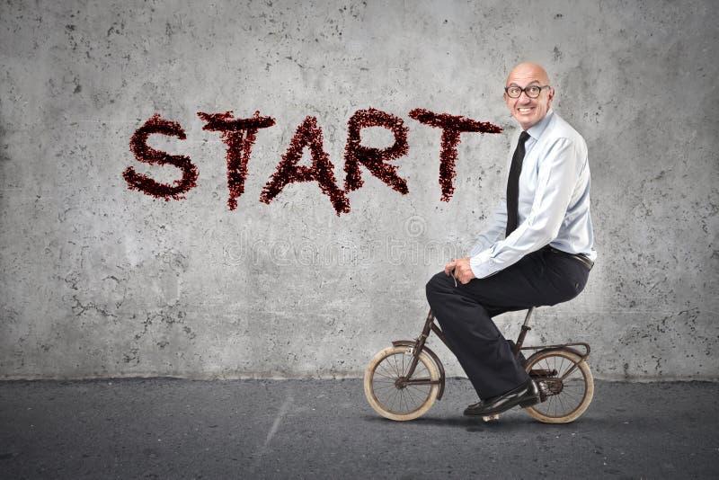 开始的商人骑自行车 免版税库存图片
