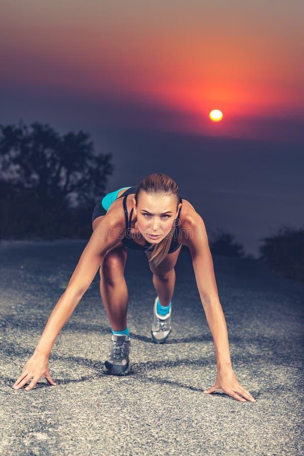 开始的短跑选手妇女 免版税库存照片