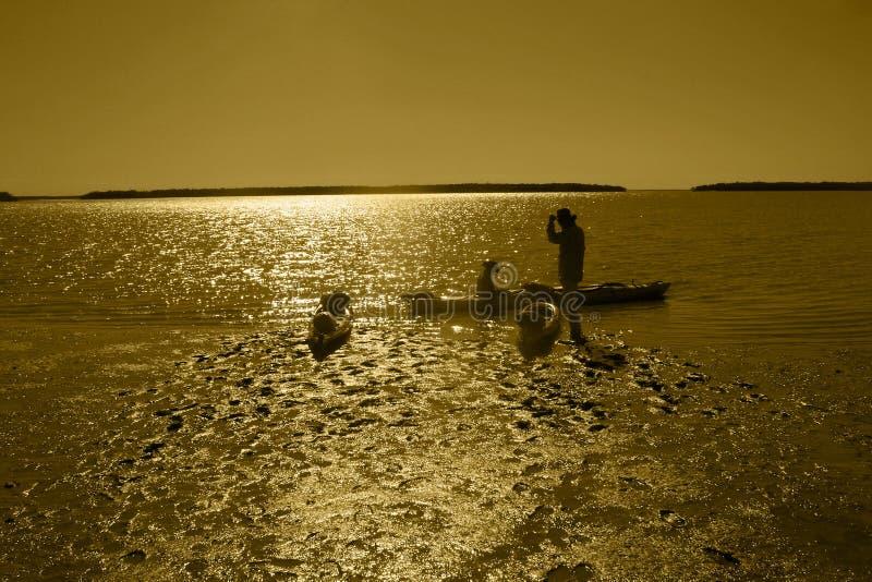 开始他们的旅途的皮艇在黎明 图库摄影