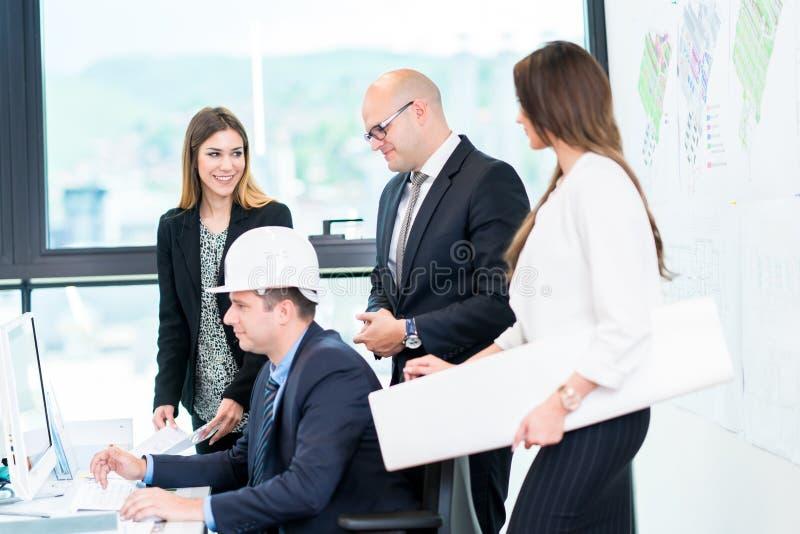 开小组的建筑师会议 解决问题和做 免版税图库摄影
