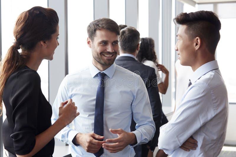 开小组的买卖人非正式办公室会议 免版税库存照片