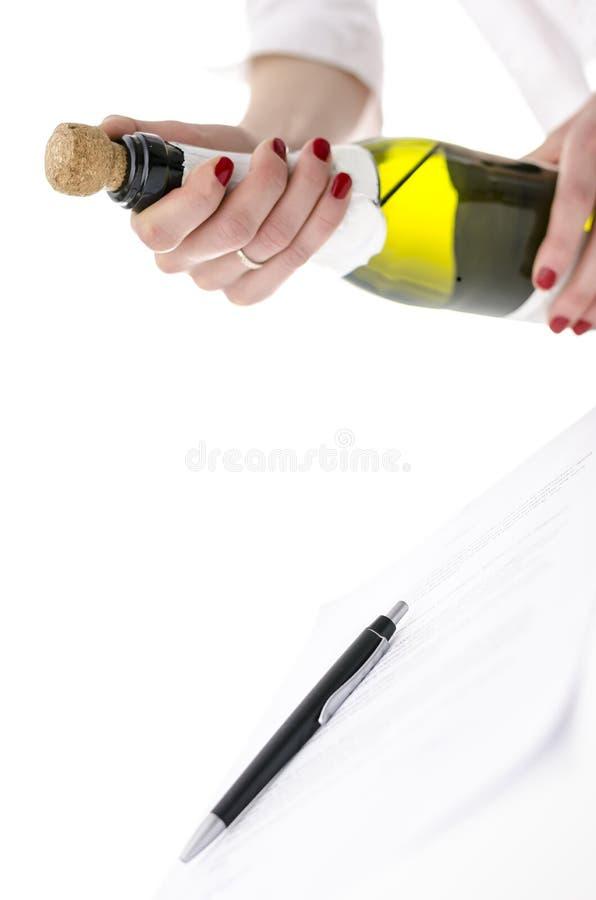 开张一个瓶酒的妇女 免版税库存图片