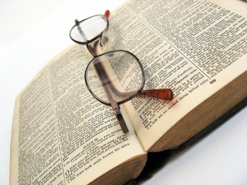 开张书和玻璃 免版税库存图片
