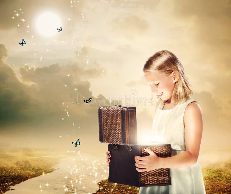 开张珍宝配件箱的白肤金发的女孩 免版税图库摄影