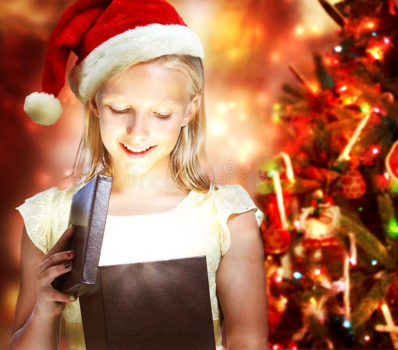 开张礼物盒的女孩 免版税库存照片
