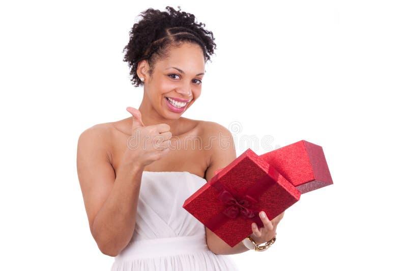开张礼物盒的新非裔美国人的妇女 库存照片