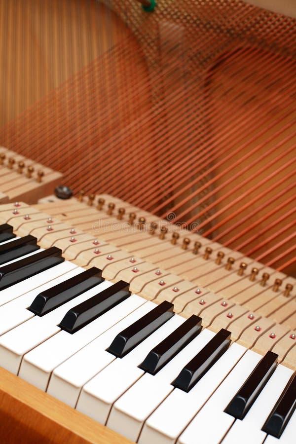开张钢琴字符串 免版税库存图片