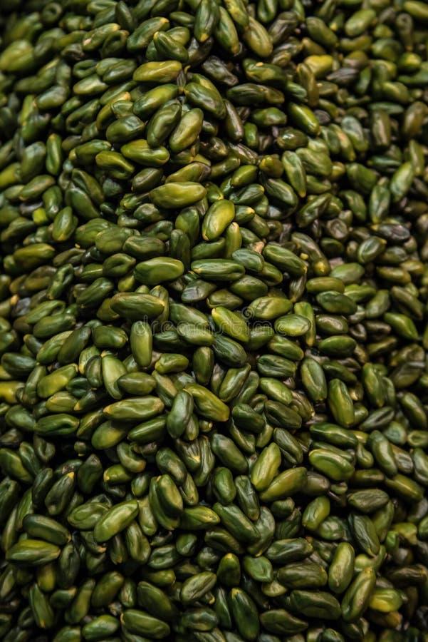 开心果平的被放置的照片没有壳的当食物背景 作为纹理的新鲜的绿色开心果 免版税库存照片