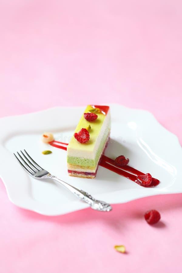开心果,莓奶油甜点蛋糕片断  免版税库存图片
