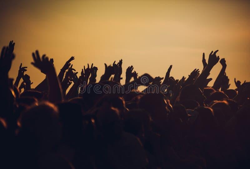 开心的人群在室外音乐节 图库摄影