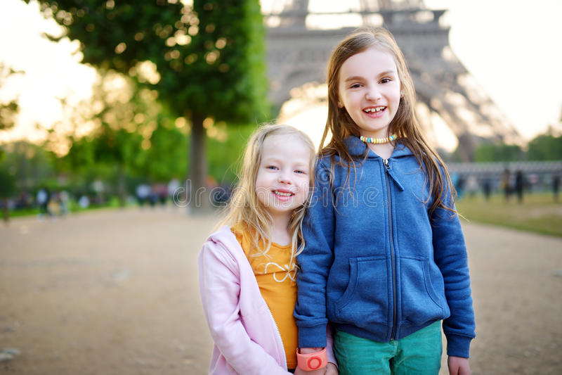 开心的可爱的小女孩由埃佛尔铁塔在巴黎 免版税库存图片