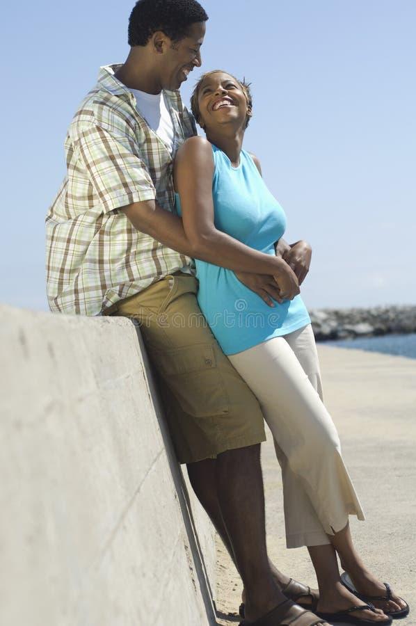 开心的夫妇在海滩 免版税库存图片