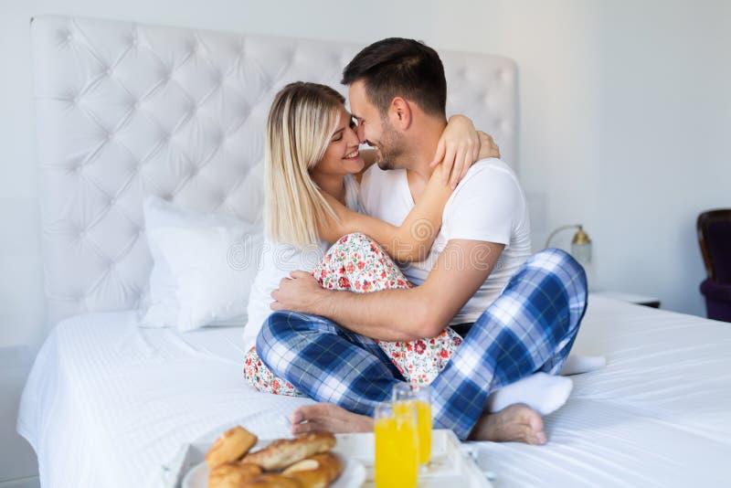 开心的夫妇,当食用早餐时 库存照片
