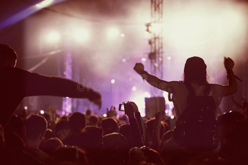 开心的观众在音乐音乐会 免版税库存照片