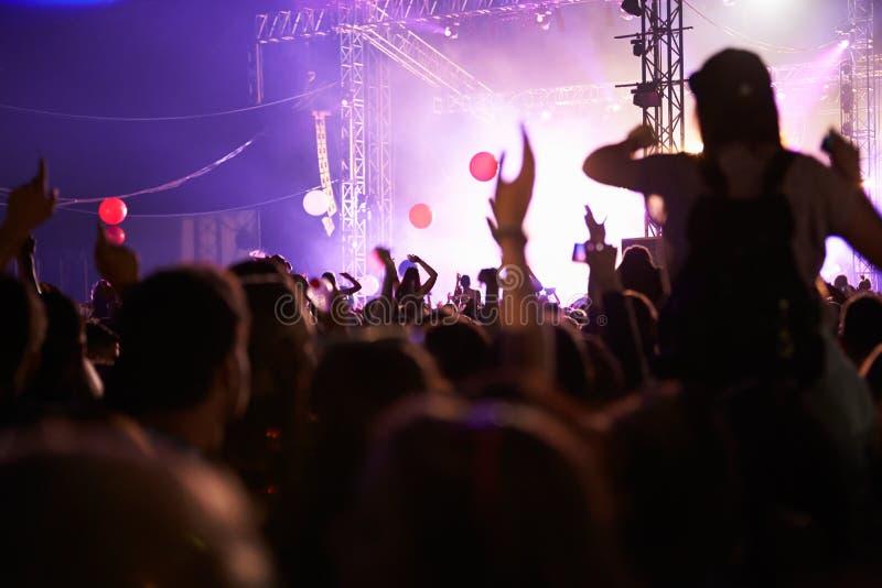 开心的观众音乐音乐会 免版税图库摄影