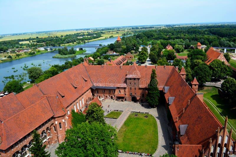 开户在河视图对面的砖瓦房城堡最大的malbork 库存图片