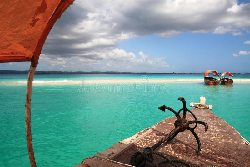 开户晴朗小船的沙子 免版税库存照片