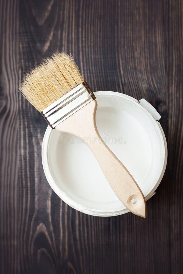 开户油漆并且掠过在木背景 库存图片