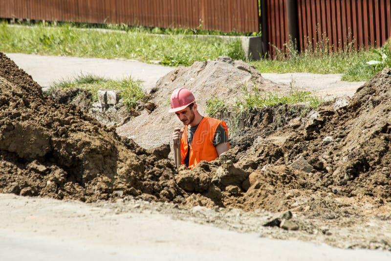 开掘下水道的工作者一个沟槽 图库摄影