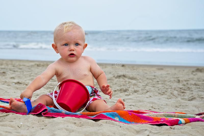 开掘在弗吉尼亚海滩弗吉尼亚` s海滩的沙子的婴孩 免版税图库摄影