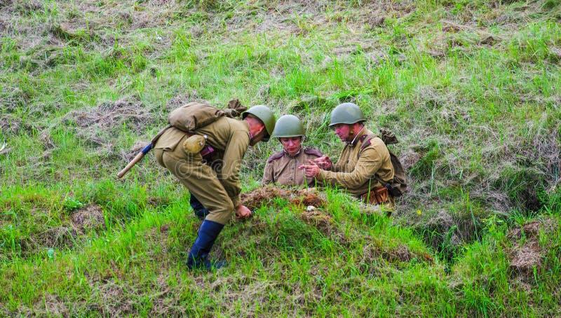 开掘沟槽的战士 图库摄影