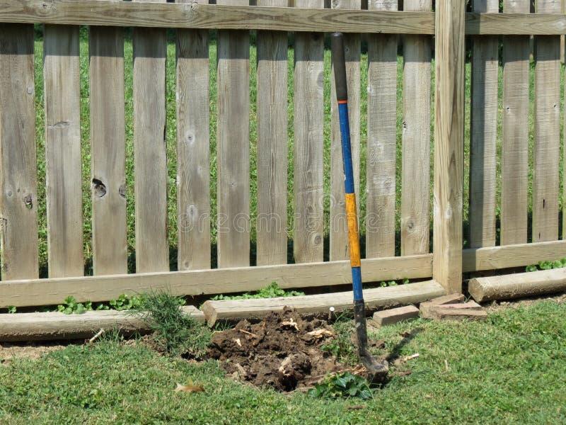 Download 开掘的漏洞 库存照片. 图片 包括有 开掘, 灌木, 绿色, 范围, 铁锹, 木材, 横向, 停止, 漏洞 - 59100732